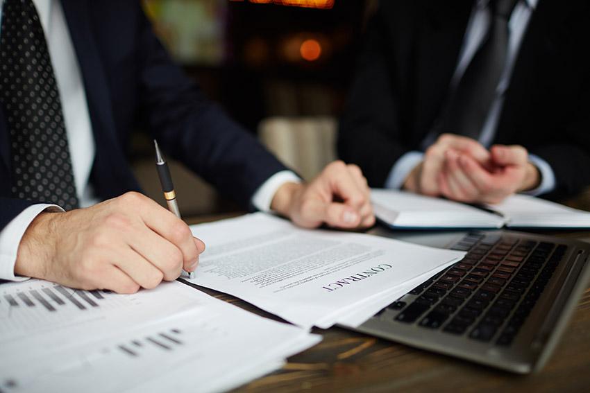 Cât costă serviciile unui avocat și cum îl alegi?
